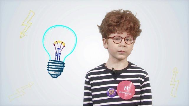 Иван рассказывает про то, как устроена лампочка, в телестудии «О!» на фестивале «Политех»