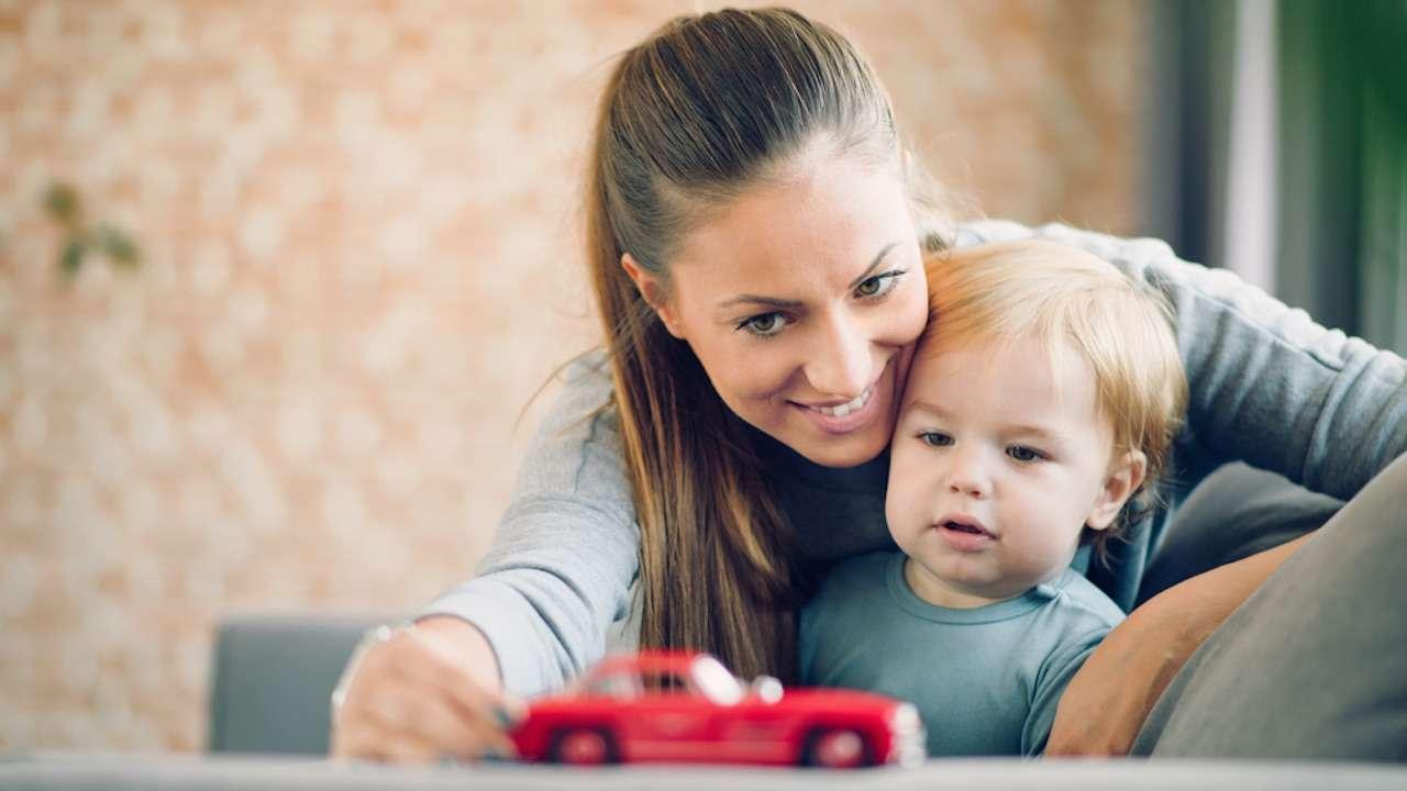 Мама учит дочь удовлетворять себя