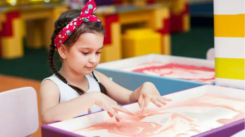 Рисование песком полезно любому ребенку, и вот почему