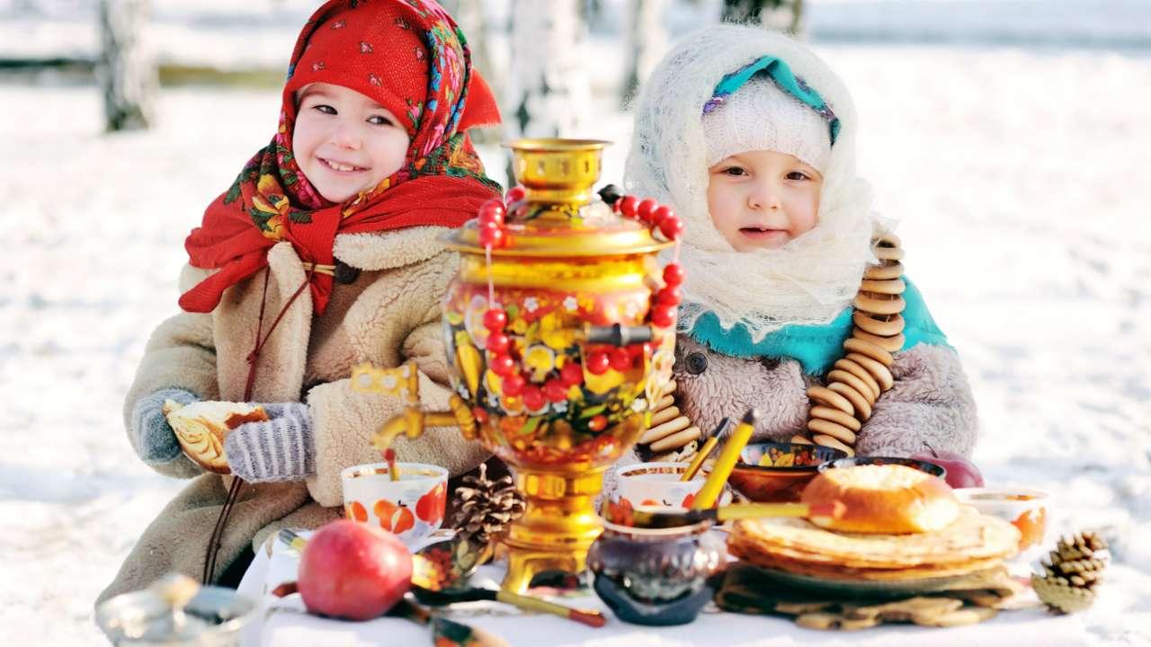 Картинки девочка с блинами, Стоковые Фотографии и Роялти-Фри 30