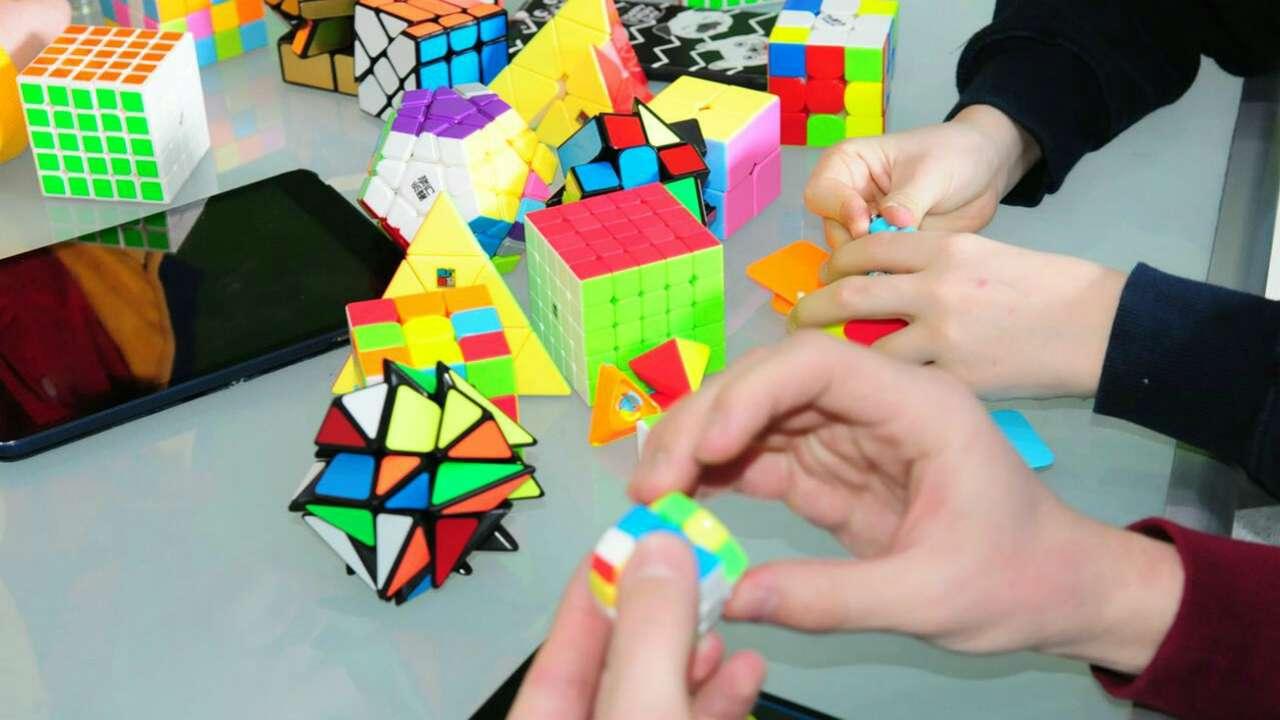 Спидкубинг – это сборка не только классического кубика Рубика, вариантов головоломки существует бесчисленное множество