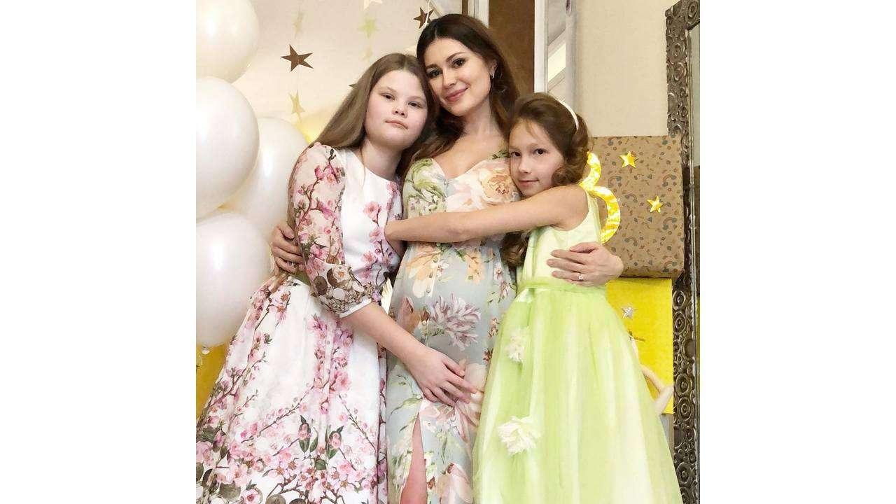 Ольга с дочками Дашей и Ксюшей. Instargram@ushakovao