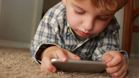 С какого возраста ребенку нужен свой смартфон: мнение психолога