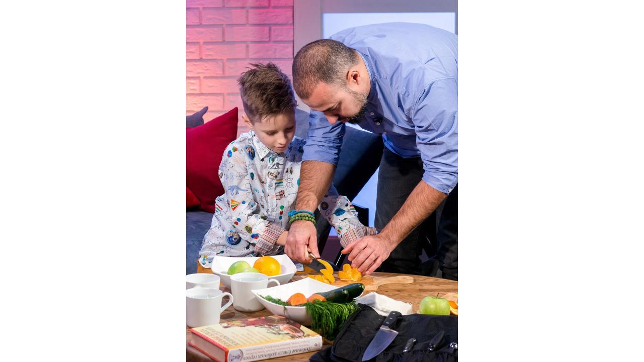 Владимир Мухин показывает, как правильно почистить апельсин и достать его «филе»