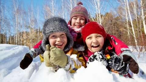 Пойдём гулять: 5 полезных зимних игр на свежем воздухе