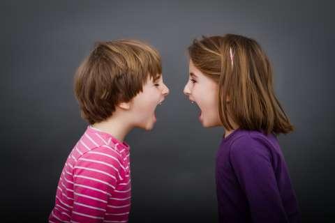 «Мама только моя!» Как помочь детям справиться с ревностью