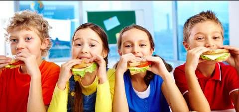 Роспотребнадзор напомнил родителям о правильном питании школьников