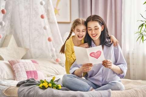 Мама, поздравляю! Идеи открыток ко Дню матери