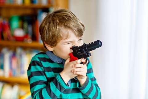 Игрушечное оружие: как оно влияет на детей?
