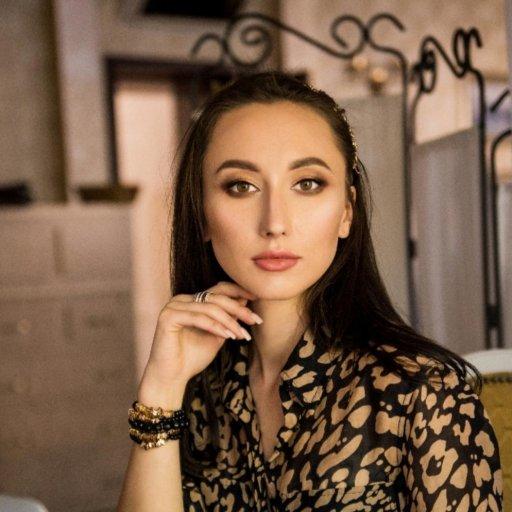 Юлия Доманова, врач, гештальт-терапевт, сертифицированный консультант по прикорму, грудному вскармливанию и сну, мама троих детей